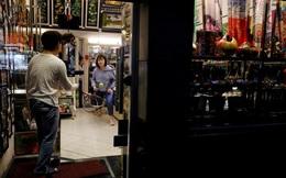 24h qua ảnh: Người đàn ông chơi quần vợt với con gái trong nhà ở Hà Nội
