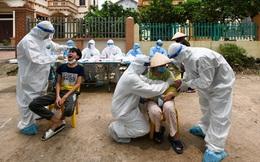 Hơn 100 nhân viên y tế tiếp tục lấy mẫu bệnh phẩm xét nghiệm cho hơn 2.000 dân tại Hạ Lôi