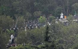 Việc nhiều người ở Vũ Hán làm sau khi gỡ lệnh phong tỏa: Xếp hàng nhận tro cốt người thân