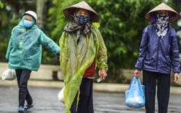 """[Ảnh] Nhiều người """"đội mưa"""" đến nhận gạo tại cây ATM gạo miễn phí ở Hà Nội"""