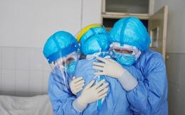 Covid-19: Sự thật ám ảnh diễn ra dưới 'bộ giáp' của nhân viên y tế