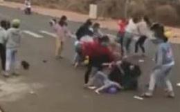 Nhóm nữ sinh túm tóc, đánh nhau kinh hoàng, nam sinh reo hò cổ vũ, vì nghi ngờ nhau lấy 500.000 đồng