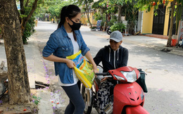 Trần Tiểu Vy đeo khẩu trang, tự tay phát 1 tấn gạo cho người nghèo ở quê nhà