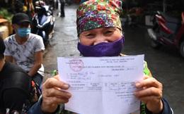 Hàng trăm lao động bốc vác tại chợ đầu mối Long Biên được xét nghiệm nhanh Covid-19