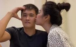 Được Thủy Tiên chủ động hôn má thể hiện tình cảm nhưng phản ứng của Công Vinh lại gây bất ngờ