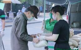 Người dân xếp hàng dài nhận nhu yếu phẩm ở quận Thanh Xuân