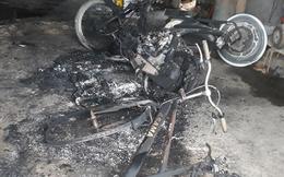 Điều tra vụ xe máy, xe đạp ở nhà dân bốc cháy lúc nửa đêm, nghi bị ném bom xăng