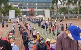 Người dân Hà Tĩnh phấn khởi xếp hàng dài để nhận gạo từ cây ATM đầu tiên