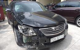 Vật nhỏ rơi lại hiện trường tố cáo tài xế Camry tông người trọng thương, lái xe bỏ trốn
