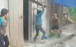 Con trai vác ghế đánh mẹ già ở Yên Bái, một người đứng cạnh quay video