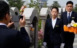Bị cấm ra nghĩa trang vì COVID-19, đây là cách dân Trung Quốc tảo mộ dịp Tiết Thanh Minh