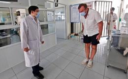 Cập nhật dịch Covid-19 ngày 5/4: Bệnh nhân người Anh ra viện, mắt đỏ hoe, cúi gập người cảm ơn bác sĩ bằng tiếng Việt