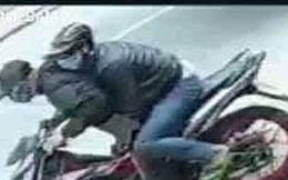 Hai thanh niên dùng búa, mã tấu và bình xịt hơi cay cướp tiệm vàng ở Sài Gòn