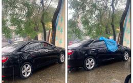 """Thấy ô tô đỗ dưới trời mưa quên kéo kính, người đàn ông đã có hành động khiến cả MXH liên tục """"thả tim"""""""