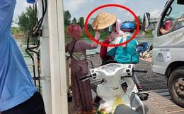 Đứng trên phà giữa trưa nắng, cô bán vé số bỗng cởi nón, hành động tiếp theo khiến người chứng kiến xúc động