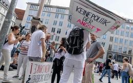 Hàng ngàn người Đức biểu tình chống phong toả, nguy cơ Covid-19 tăng cao