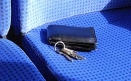 Nhặt được chiếc ví lạ trên xe buýt, người đàn ông cầm về song vài ngày sau phải đem trả vội