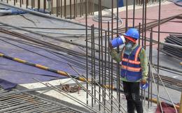 """VIDEO: Công nhân """"gồng mình"""" dưới nắng nóng hơn 40 độ C để làm việc"""