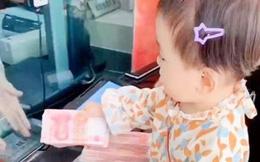 Em bé 4 tuổi khiến mọi người tròn mắt ngạc nhiên vì hành động này tại ngân hàng