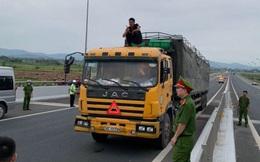 Quảng Ninh: Cán bộ công an bị thương khi khống chế gã đàn ông cầm dao dọa tài xế trên cao tốc