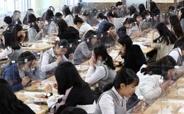24h qua ảnh: Nữ sinh Hàn Quốc ăn trưa sau các tấm chắn bảo vệ