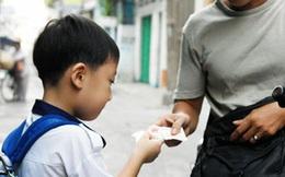 Vừa nghe người lạ mặt nói đang gặp khó khăn, cậu bé mang hết số tiền đang có ra cho và hồi kết đáng để chúng ta cùng ngẫm