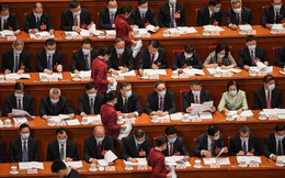24h qua ảnh: Nhân viên lễ tân phục trà cho đại biểu quốc hội Trung Quốc