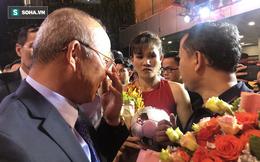 """HLV Park Hang-seo tặng """"món quà"""" bất ngờ cho trung vệ thép của nữ Việt Nam"""