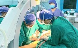 Hơn 5 giờ đồng hồ phẫu thuật cho học sinh bị cây phượng vĩ bật gốc đè trúng ở TP.HCM
