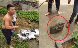 Sáng ra đi học, nam sinh lao xe xuống vũng bùn, riêng chiếc cặp khiến tất cả không thể nhịn cười