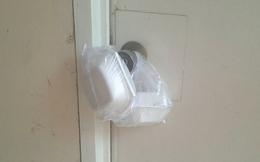 """Ngủ dậy thấy 2 hộp xốp treo trên cửa phòng, cô gái """"lần"""" sự thật từ câu hỏi của cô chủ nhà"""
