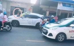 Thân xe Lexus bị viết kín, những dòng chữ trên đó khiến người đi đường ngán ngẩm
