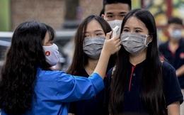 [Ảnh] Học sinh Hà Nội được kiểm tra thân nhiệt, phát khẩu trang miễn phí ngày đầu quay lại trường học
