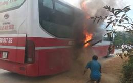 Xe khách bất ngờ bốc cháy, hơn 20 hành khách hoảng loạn tìm cách thoát thân
