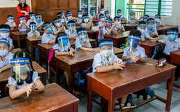 Học sinh đeo kính chống giọt bắn đến lớp: Bác sĩ Bệnh viện Mắt chỉ ra 3 tác hại cho mắt trẻ