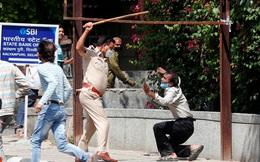 24h qua ảnh: Cảnh sát Ấn Độ dùng gậy đánh người vi phạm quy định giãn cách