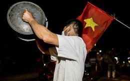 """Sau thông báo dỡ bỏ lệnh cách ly, người dân thôn Hạ Lôi """"ăn mừng"""" bằng vung, xoong"""