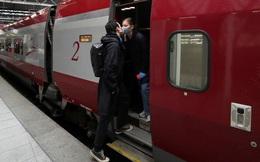 24h qua ảnh: Cặp đôi hôn chia tay nhau tại nhà ga tàu hỏa