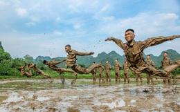 24h qua ảnh: Cảnh sát vũ trang Trung Quốc luyện tập trong vũng bùn