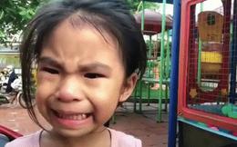 """Cô bé biểu cảm """"vừa khóc vừa cười"""" bất ngờ tái xuất, lại bị anh trai trêu cực hài: """"Đưa tay đây nào, thôi đi học em nhé"""""""
