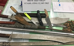 Người dân đến trụ sở Công an phường TP HCM nộp 1 khẩu súng K59, 36 viên đạn cùng nhiều hung khí