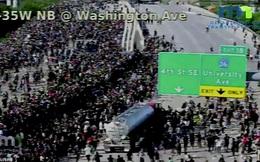 """Mỹ: """"Đứng tim"""" khoảnh khắc xe bồn khổng lồ phi thẳng vào đám đông biểu tình tại Minnesota"""