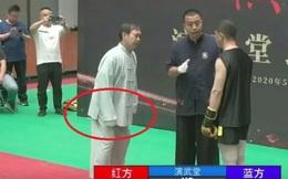"""Dùng găng tay lạ để thi triển độc chiêu, võ sư Trung Quốc vẫn bị đánh cho """"lên bờ xuống ruộng"""""""