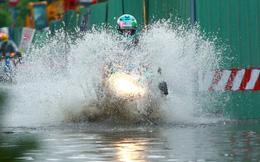 Mưa trắng trời khiến 'rốn ngập' Sài Gòn mênh mông nước, người dân hì hục đẩy xe trên đường