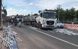 Hàng trăm thanh sắt trên xe container phi xuống đường, nhiều người thoát chết