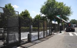 """Nhà Trắng  gia cố """"thành lũy"""" bằng 3km hàng rào, biến thành pháo đài bảo vệ ông Trump"""