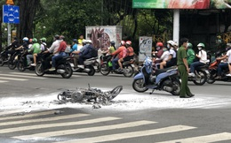 Bị cảnh sát truy đuổi, hai thanh niên nghi cướp giật phóng bạt mạng rồi ngã, xe cháy rụi ở trung tâm Sài Gòn