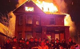 Dàn hàng chụp ảnh kỷ niệm trước một ngôi nhà đang cháy, đội cứu hỏa nhận gạch đá dữ dội từ cộng đồng mạng