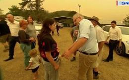 Phẫn nộ vì cháy rừng, người dân Úc không thèm bắt tay Thủ tướng