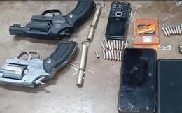Lận trong người 4 khẩu súng và 2 bịch ma túy
